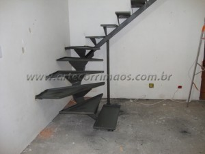 Escada de viga central de ferro com bandeija