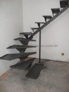 Escada viga central de ferro com bandeija