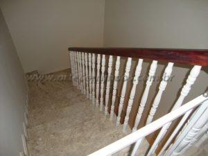 Guarda corpo balaustre e corrimão de madeira fixado no concreto da escada