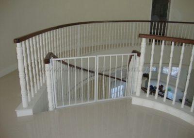 Portãozinho branco topo de escada