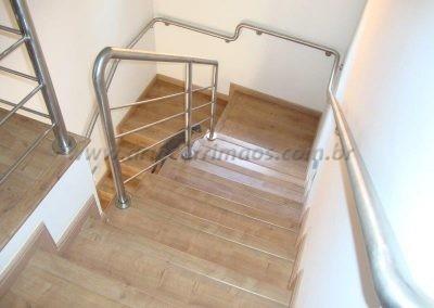 Corrimão Inox todo soldado acompanhando curvas da escada