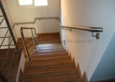 Corrimão feito em aço Inox todo soldado acompanhando curvas da escada