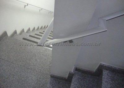 Corrimão na parede em aluminio chato