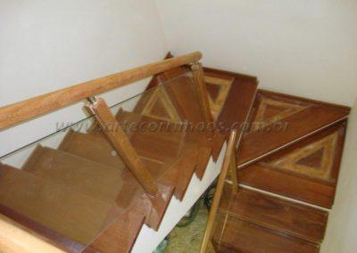 Guarda Corpo de Madeira Com Vidro na escada sobrado