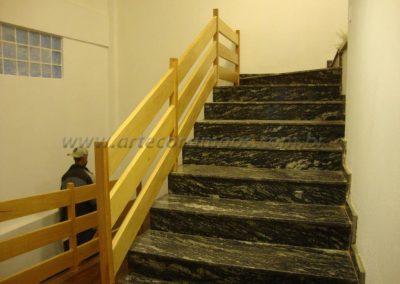 Guarda corpo com 2 espécie de madeiras na escada