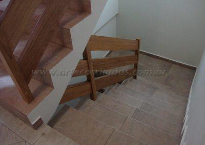 Guarda corpo de madeira na escada