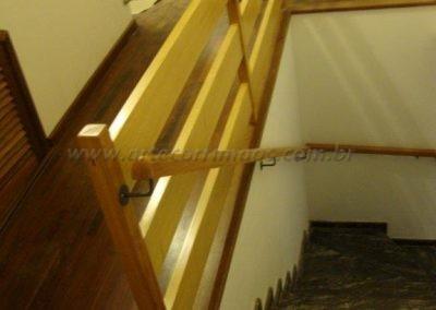 Guarda corpo e corrimão de parede em madeira