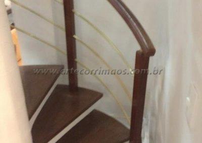 Guarda corpo curvo Madeira com latão em escada
