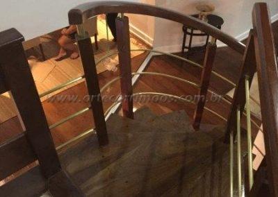 Guarda corpo curvo aredondado com Madeira e latão curvado na proteção de escada