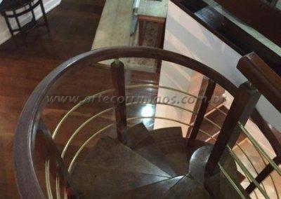 Guarda corpo curvo de cima da escada, acabamento Madeira com latão