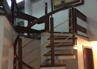 Guarda corpo curvo escada caracol com Madeira com latão