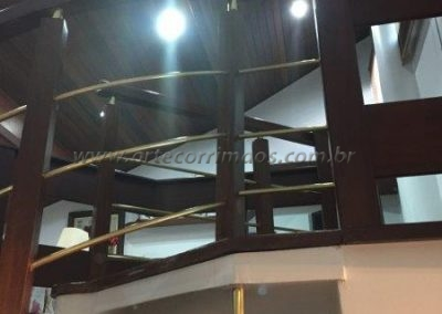 Guarda corpo curvo feito em Madeira com latão