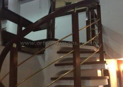 Guarda corpo curvoe Madeira com latão na escada caracol interna