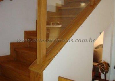 Guarda corpo de escada em Madeira e vidro