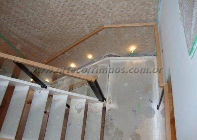 Guarda corpo de escada em vidro, ferro e corrimão madeira