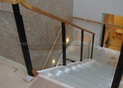 Guarda corpo de escada em vidro, ferro e madeira