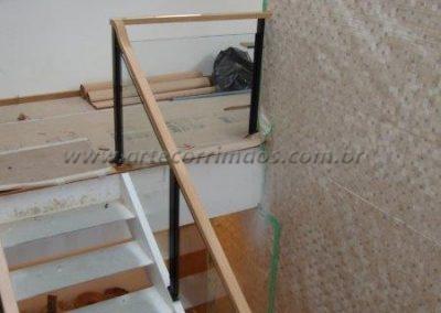 Guarda corpo de vidro para escada com Colunas ferro e corrimão madeira fixo