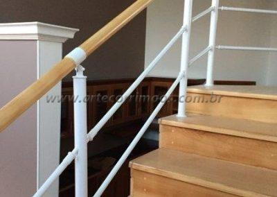 Guarda corpo na escada interno de Aluminio com madeira