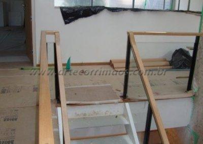 Guarda corpo para escada em vidro, ferro e madeira