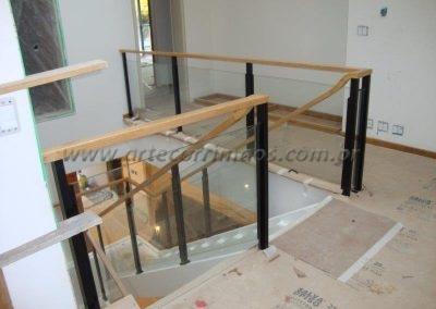 Guarda corpo vidro Colunas ferro e corrimão madeira para escada