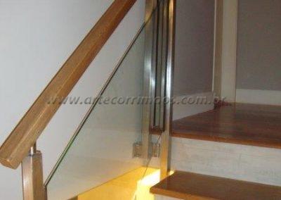 Guarda corpo vidro - Colunas inox e corrimão em madeira