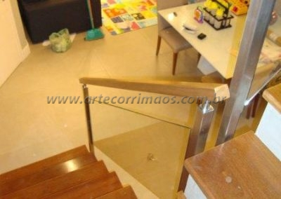 Guarda corpo vidro - Colunas inox e corrimão em madeira na escada