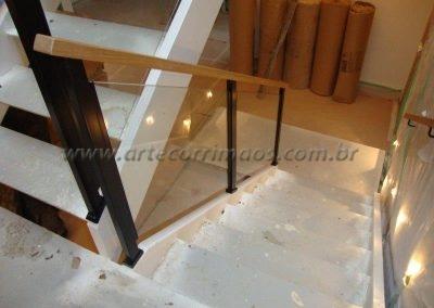 Guarda corpo vidro para escada Colunas de ferro e corrimão madeira
