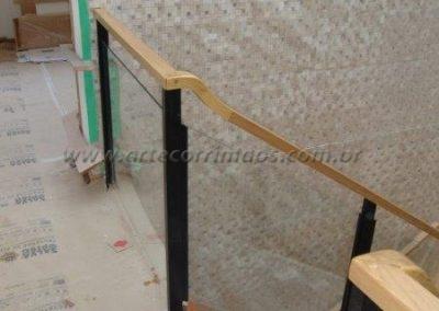 Guarda corpo vidro para escada Colunas ferro e corrimão madeira