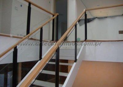 Guarda corpo vidro para varanda Colunas ferro e corrimão madeira