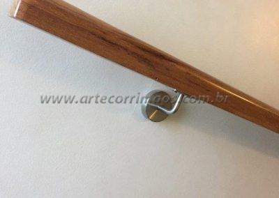 corrimão baulado de parede de madeira