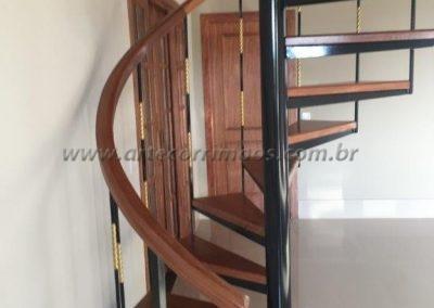 corrimão de madeira para escada caracol