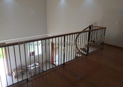 corrimão de madeira para escada caracol e guarca corpo