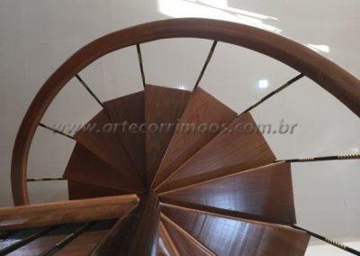 corrimão de madeira para escada caracol vista de cima