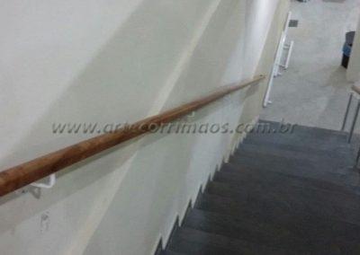 corrimão parede madeira na escada suporte ferro
