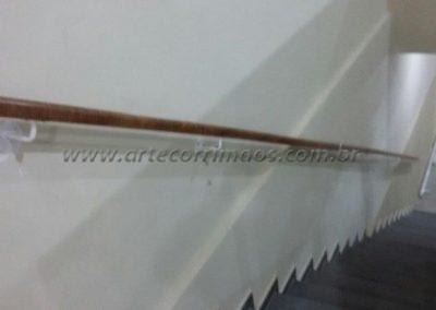 corrimão parede madeira suprote em ferro