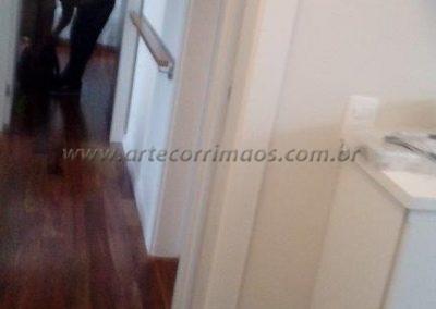 corrimão parede no corredor em madeira