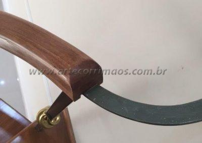 detalhe do corrimão de madeira para escada caracol