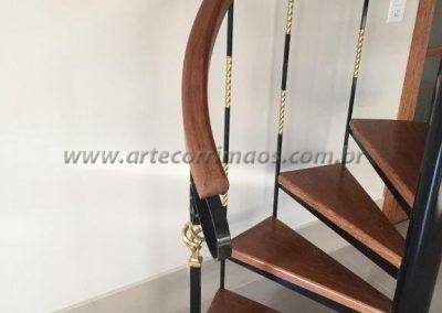 escada caracol com corrimão de madeira