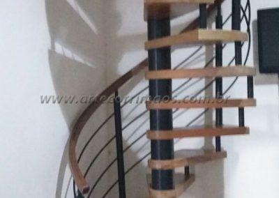 escada caracol de ferro e madeira