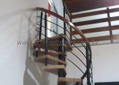 escada caracol de madeira e ferro