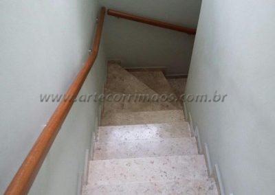 escada com corrimão de parede de madeira