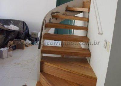 escada curva com guarda corpo de vidro curvo