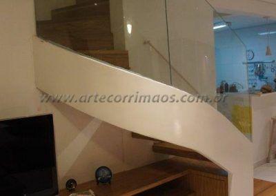 escada curva especial com guarda corpo de vidro curvo acesso aos quartos