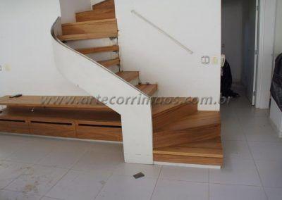 escada curva com guarda corpo de vidro curvo casa