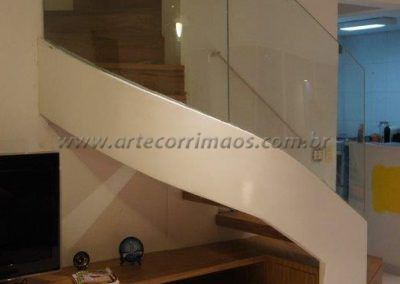 escada curva com vidro