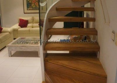 escada curva com vidro corrimao