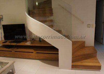 escada curva com vidro curvo no corrimao