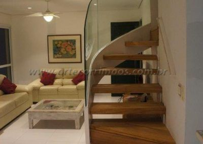 escada curva e guarda corpo de vidro curvo