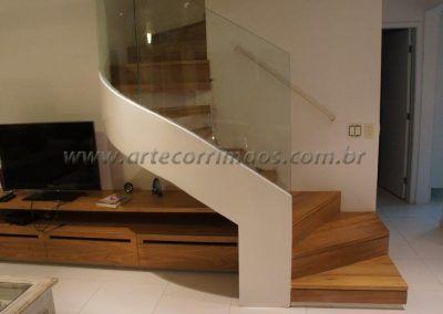 escada especial curva na sala com guarda corpo de vidro curvo