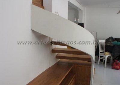 escada curva sob medida com guarda corpo de vidro curvo